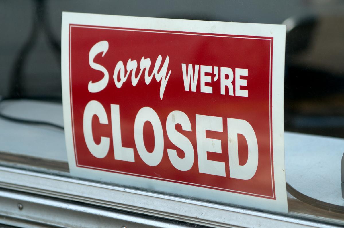 """Ein Schild im Fenster zeigt, dass die Tankstelle geschlossen ist. Auf dem Schild heisst es """"Sorry, we're closed""""."""