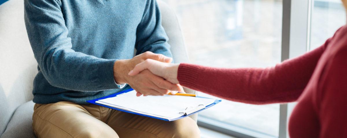 Ein Mann und eine Frau geben sich die Hand